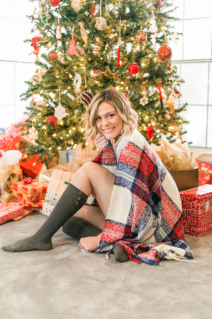 My Christmas will be spent eating, drinking and being merry with my loved ones. I love this comfy holiday look with Aerie's super soft blanket scarf! #aeriereal #aerieHAULiday // www.thinkelysian.com