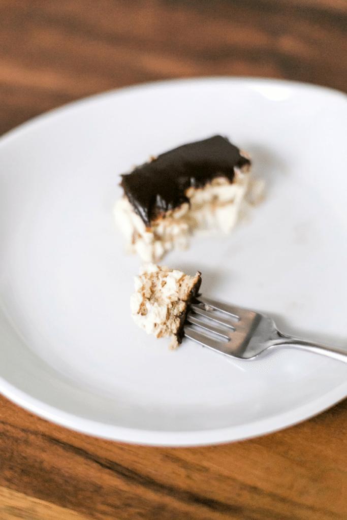 Super easy no bake chocolate eclair dessert recipe! // thinkelysian.com